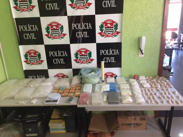 Cerca de 10 quilos de drogas foram encontrados em propriedade ligada a quadrilha (Foto: Divulgação/Polícia Civil)