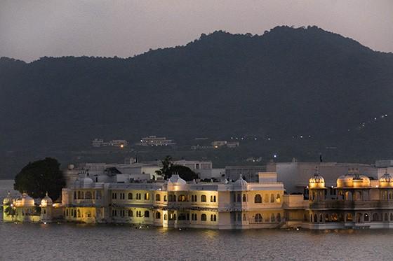 Da margem leste do lago Pichola, vista de Jag Niwas, o Palácio do Lago, transformado no hotel Taj Lake Palace (Foto: © Haroldo Castro/Época)