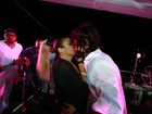 Alinne Rosa troca beijos com o namorado em cima do trio, na Bahia