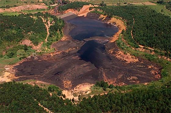 Vazamento da barragem do Rio Pomba, em Cataguases (MG) (Foto: Patrícia Santos/Folhapress)