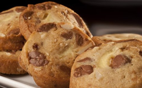 Cookie de castanha com gotas de chocolate e recheio de cream cheese
