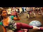 Ana Paula Minerato usa macacão bem decotado para ir à academia