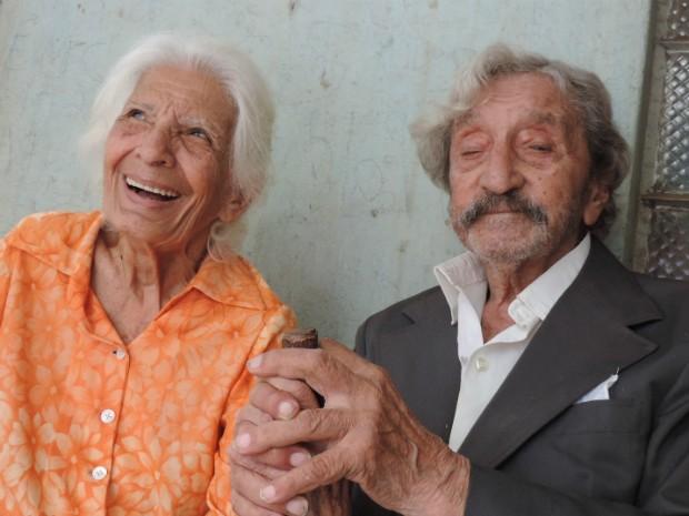 Maria e Davi sorriem quando falam sobre a 'apimentada lua de mel' (Foto: Caio Gomes Silveira/ G1)