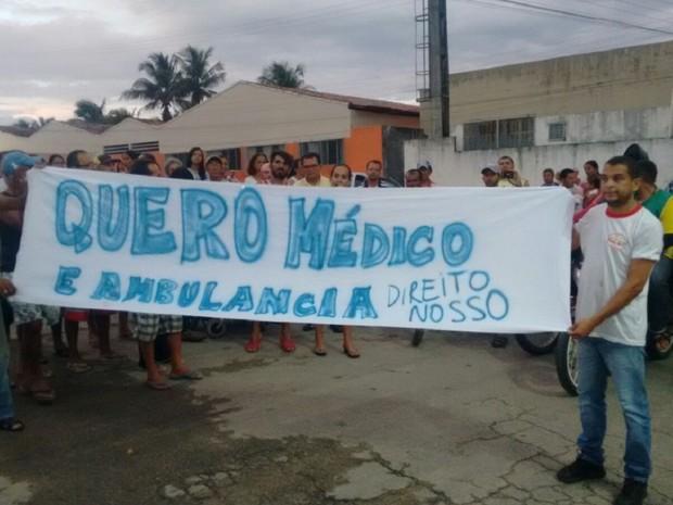 Grupo protesta com faixas pelas ruas da cidade (Foto: Arquivo pessoal / Alexsandro dos Santos)