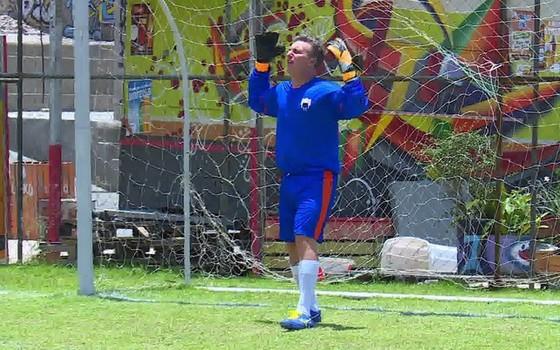 Fã de futebol, Luciano Huck conseguiu dar nove toques na bola sem deixar que ela caísse no chão (Foto: Reprodução)