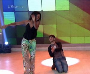 Felipe Simas dança no 'Encontro' (Foto: TV Globo)