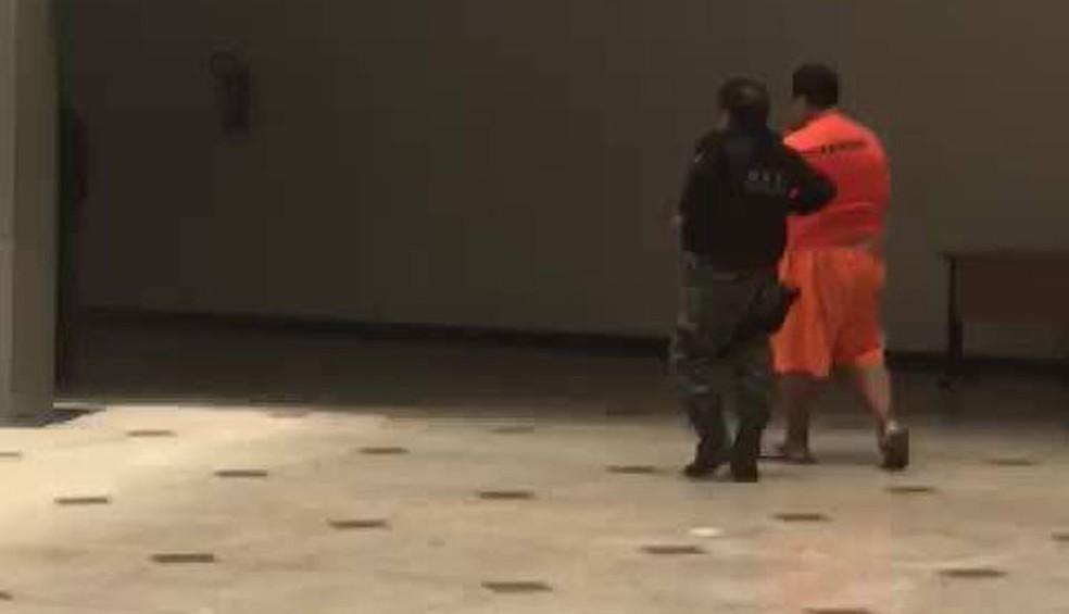 Roberto Elísio Coutinho de Freitas sendo levado para Pedrinhas (Foto: Divulgação/PM)