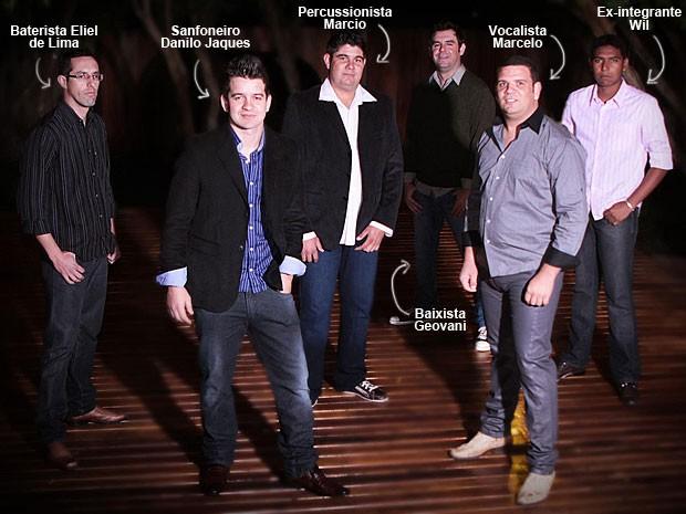 Banda Gurizada Fandangueira, que tocava na hora do incêndio em Santa Maria, teve um integrante entre os mortos: o sanfoneiro Danilo Jaques, que aparece acima de camisa azul e blazer preto (Foto: Arquivo pessoal)