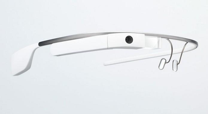 Na comparação com a versão antiga (foto), Google Glass tem prisma projetor de dados e microcomputador mais compacto, além de permitir que o usuário dobre o dispositivo e o adapte com maior facilidade a outras armações (Foto: Divulgação/Google)
