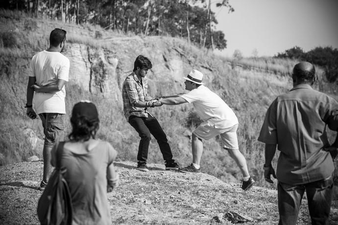 Felipe Simas ensaia com diretor Luiz Henrique Rios (Foto: Raphael Dias / Gshow)