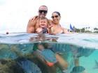 Bella Falconi exibe corpão em viagem de férias com a família