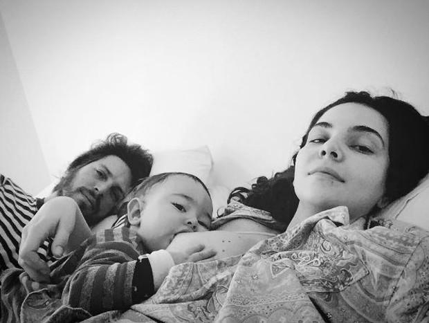 Tainá Müller amamentando o filho, Martin, e o marido, Henrique Sauer, deitado ao lado (Foto: Reprodução/Instagram)