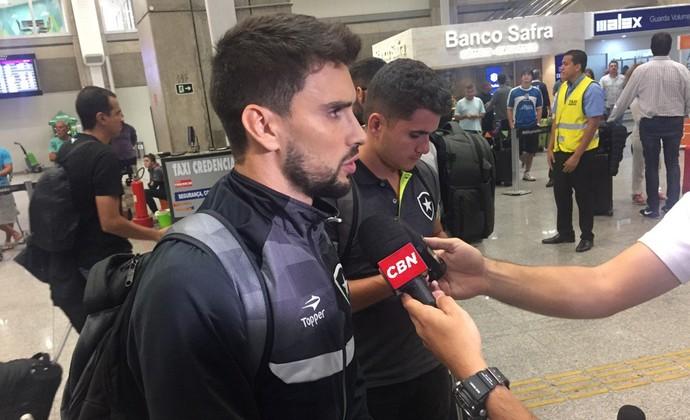 Rodrigo Pimpão Desembarque Botafogo (Foto: Thiago Lima/GloboEsporte.com)