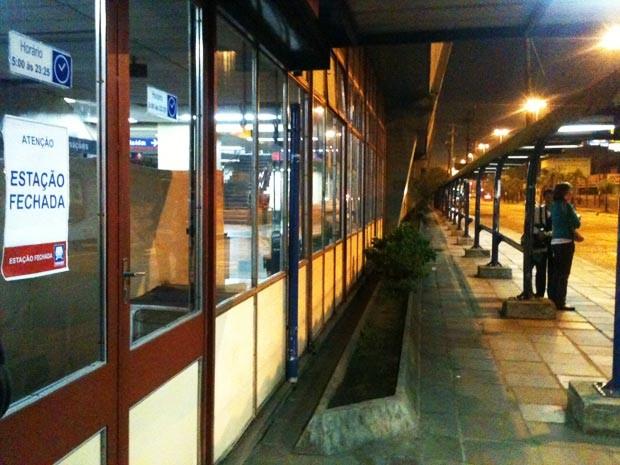 Às 6h, estações estavam fechadas e usuários tiveram que trocar trem pelo ônibus (Foto: Luciane Kohlmann/RBS TV)