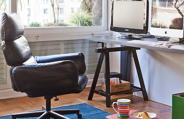 Com uma cadeira bem confortável e acolhedora, trabalhar pode ficar bem mais gostoso. Decoração do apartamento do fotógrafo mineiro Lufe Gomes, em São Paulo. (Foto: Victor Affaro/Editora Globo)