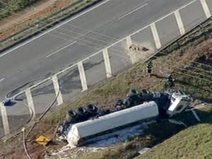 Caminhão interdita Carvalho Pinto São José dos Campos (Foto: Reprodução/TV Vanguarda)