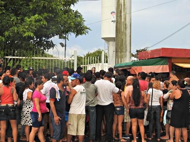Familiares aguardavam nomes em frente ao IML  (Foto: Ísis Capistrano/ G1 AM)