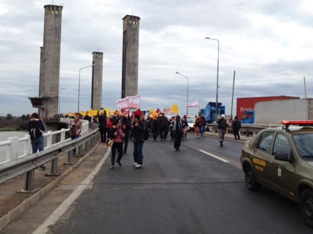 Manifestantes bloqueiam ponte do Guaíba, em Porto Alegre (Foto: Roberta Salinet/RBS TV)