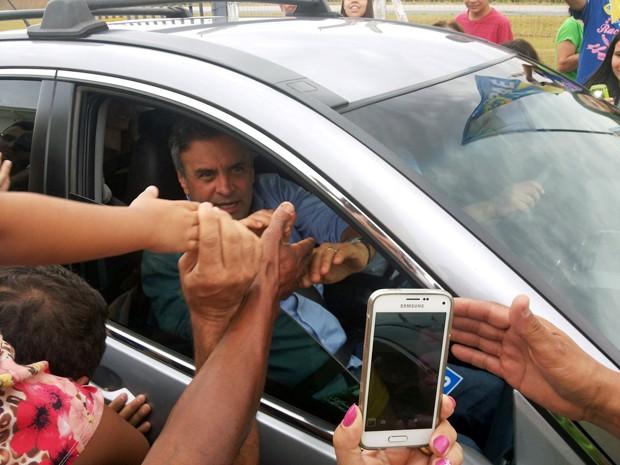 Aécio Neves cumprimenta eleitores ao deixar aeroporto de São João del Rei (Foto: Nathalie Guimarães/G1)