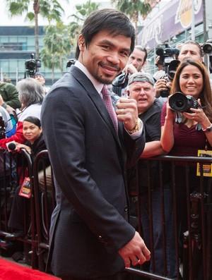 Pacquiao de terno e gravata na entrada da coletiva de imprensa (Foto: Reprodução/Facebook)