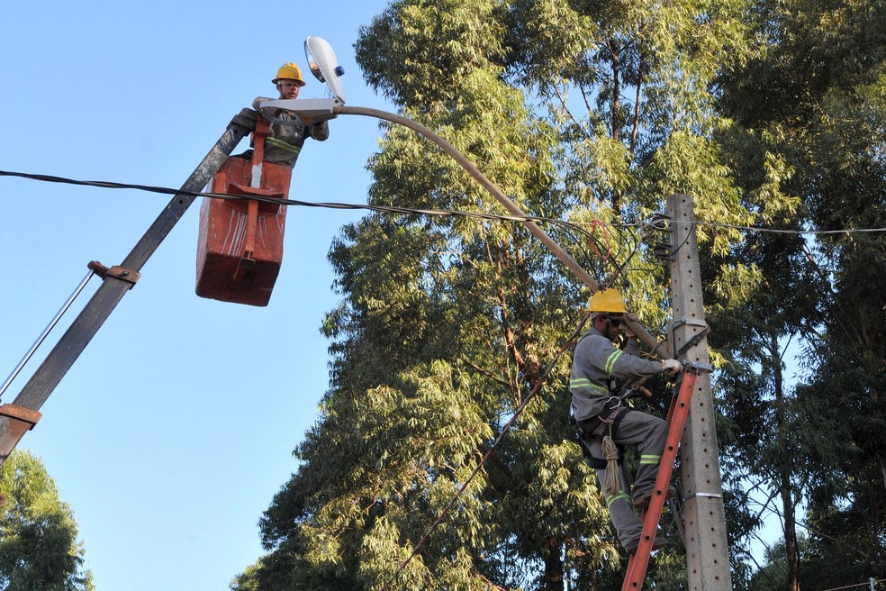 Técnicos da CEB fazem ajustes em iluminação pública (Foto: Renato Araújo/Agência Brasília)