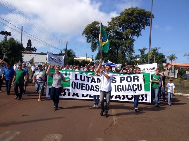 Comerciantes e funcionários do comércio aderiram à paralisação dos trabalhadores da Araupel; estabelecimentos ficarão fechados nesta quarta (Foto: Adriana Loduvichak / RPC)
