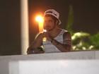 Sozinho, Caio Castro deixa camarote vip escoltado por segurança