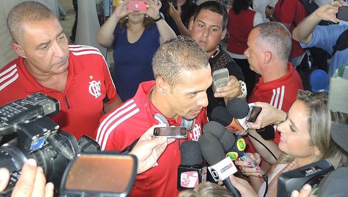 Paulinho desembarque Flamengo (Foto: Cahê Mota)