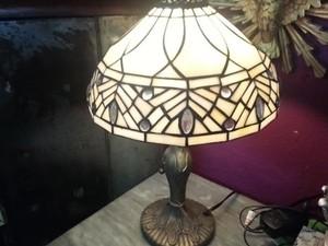 Luminárias com vidros mais leitosos dão calor à lentes fluorescentes e de led, indicou decoradora. (Foto: Renata Soares / Arteiras Comunicação / Divulgação)