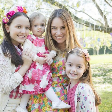 Juliana Baroni com sua filha na vida real e as duas atriuzes de quem será mãe na TV (Foto: Eduardo Moreira)