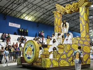Escola Mocidade Alegre levou história de superação da presidente da escola para a avenida (Foto: Fábio França/ G1)
