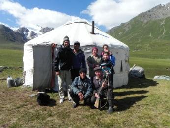 Guilherme exibe frente um Yurt onde dormimos no Quirguistão (Foto: Bianca Soprana)