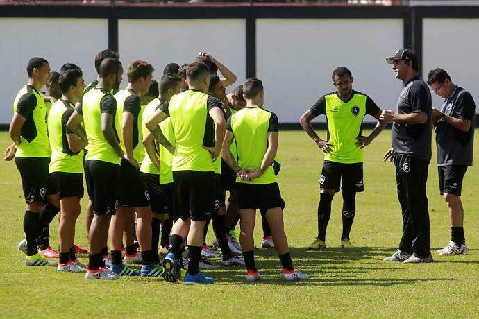 Ricardo Gomes conversa com jogadores em General Severiano (Foto: Vitor Silva/SSPress/Botafogo)