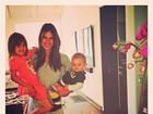 Alessandra Ambrósio comemora aniversário com os filhos no colo