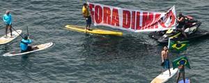 FOTOS: surfistas levam protesto para o mar de Copacabana (Yasuyoshi Chiba/AFP)