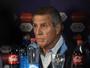"""Tabárez espera """"passar das horas"""" para definir situação de Cavani"""