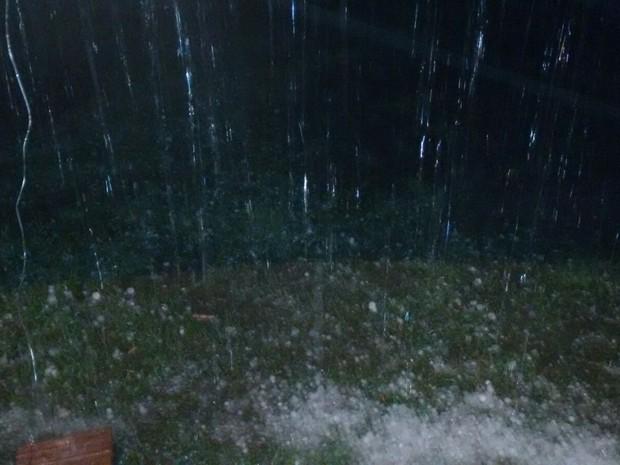Granizo da chuva cobriu o gramado (Foto: Naiara Santos/Arquivo Pessoal)