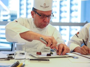 Dominique Guerin, confeiteiro francês, analisa bombons feitos durante a competição (Foto: Glauco Araújo/G1)
