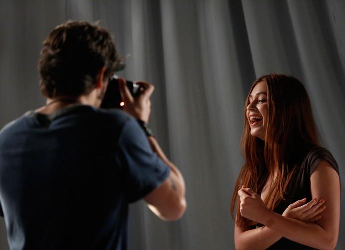 Eliza consegue se soltar (Foto: Raphael Dias / Gshow)