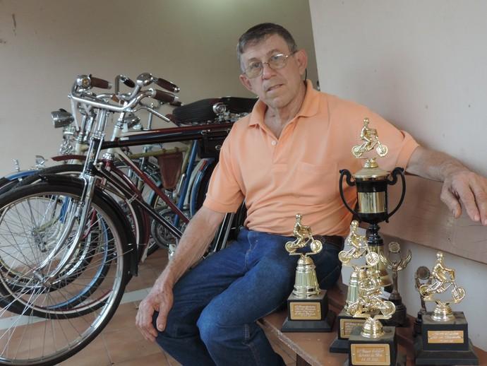 Orgulhoso, Jimenez exibe troféus conquistados por cada bicicleta (Foto: Mateus Tarifa / GloboEsporte.com)
