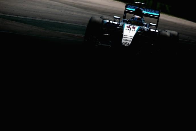 Lewis Hamilton em ação no treino classificatório para o GP da Hungria (Foto: Getty Images)