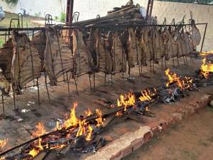 Gaúchos de Rio Branco usam a mesma técnica de preparação churrasco no Rio Grande do Sul (Foto: Divulgação/CTG)