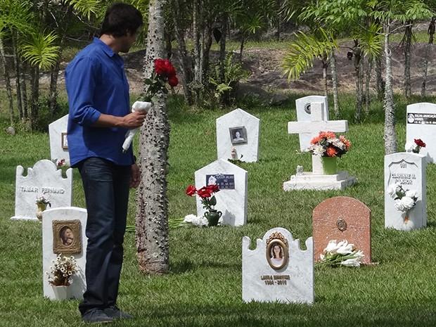 Caíque deposita flores no túmulo de Laura (Foto: Gshow)