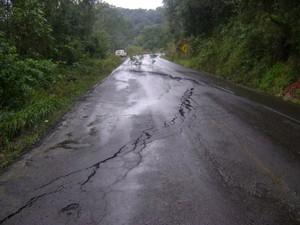 Na SC-390, em Ipira, fissura no asfalto exigiu bloqueio da via (Foto: PMRv/Divulgação)