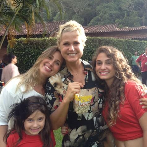 Ex-paquita Sorvetão e suas filhas  grava programa com Xuxa (Foto: Arquivo pessoal)