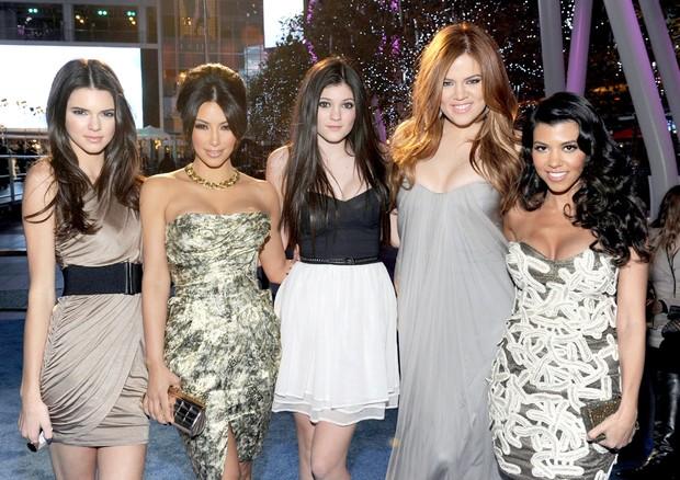Clã Kardashian unido no tapete vermelho em 2011 (Foto: Getty Images)