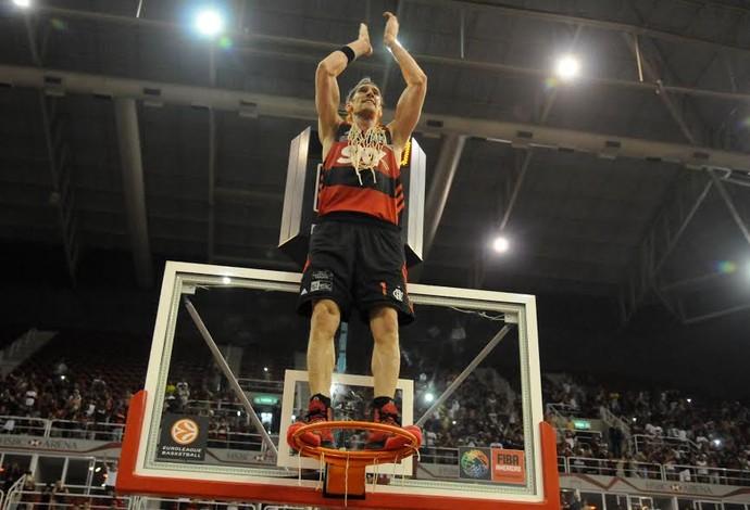 Walter Herrmann comemora em cima da cesta na Arena  (Foto: André Durão)