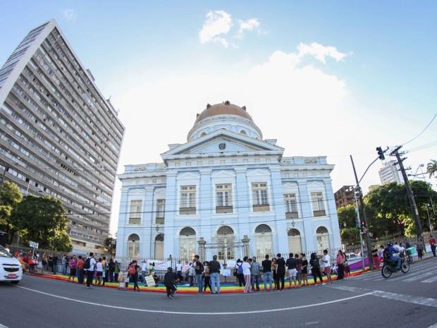 Grupo se reuniu em frente à Assembleia Legislativa de Pernambuco (Alepe) para celebrar Dia Internacional do Orgulho LGBTT (Foto: Aldo Carneiro/Pernambuco Press)