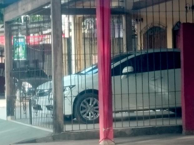 Internauta flagrou garagem construída em calçada, no bairro Laguinho (Foto: VC no G1)
