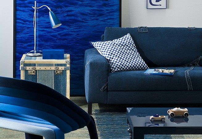 Os tons de azul-marinho e índigo predominam na decoração da sala. O baú forrado também entra no clima. Quadrado, funciona como mesinha lateral e dá apoio à luminária (Foto: Marcelo Magnani/Casa e Jardim)